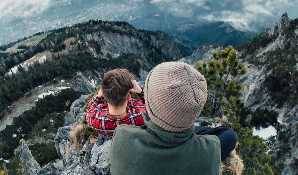 Chicos mirando paisaje en Bariloche