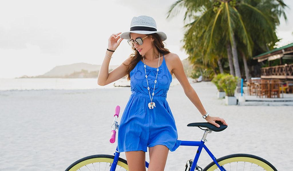 Chica en bicicleta en playa cubana