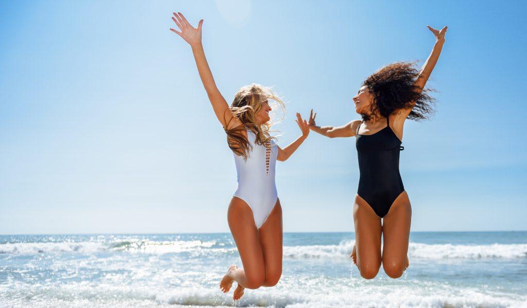 Chicas en la playa en Cuba