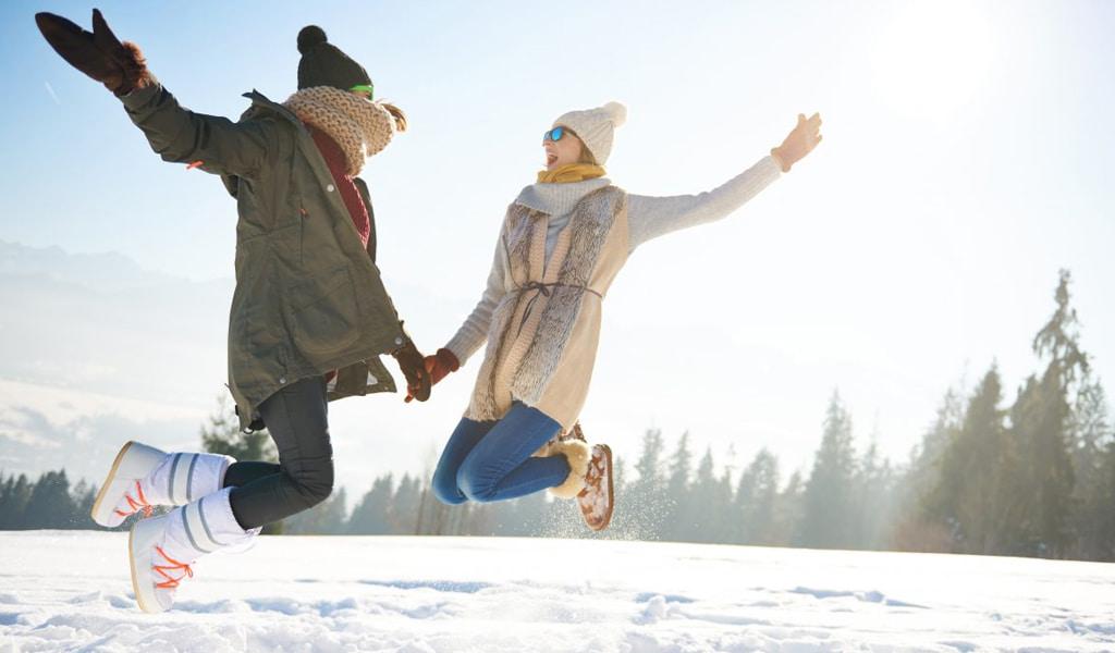 Estudiantes bailando en la nieve del catedral