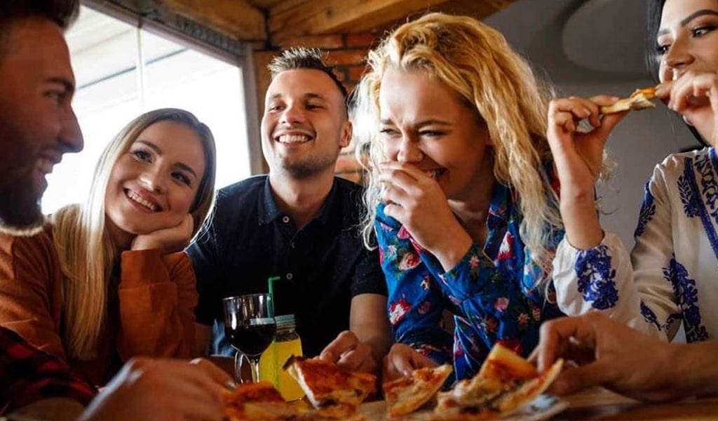 Amigos comiendo en un restaurante en España
